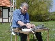 Wolfgang, DF7FS, beim Morsen von der grünen Wiese.