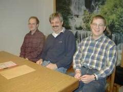 OVV Robert, DL5FCE (Mitte), stv. OVV Lars, DH1LB (l.), und Kassenwart Meinhard (DO1FMS)